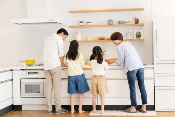 家族全員で料理づくり